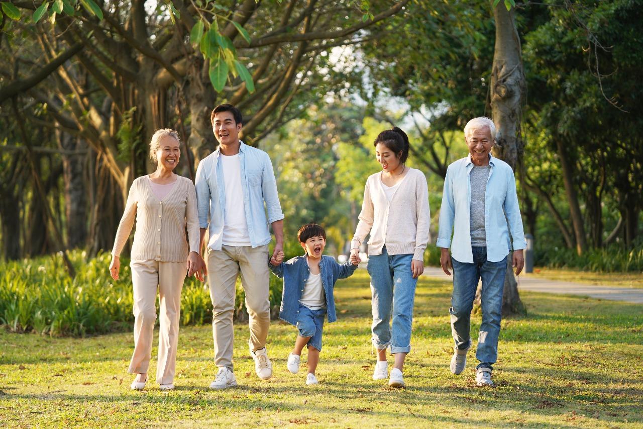 5 Tips Cara Memakai Popok Orang Tua Saat Traveling
